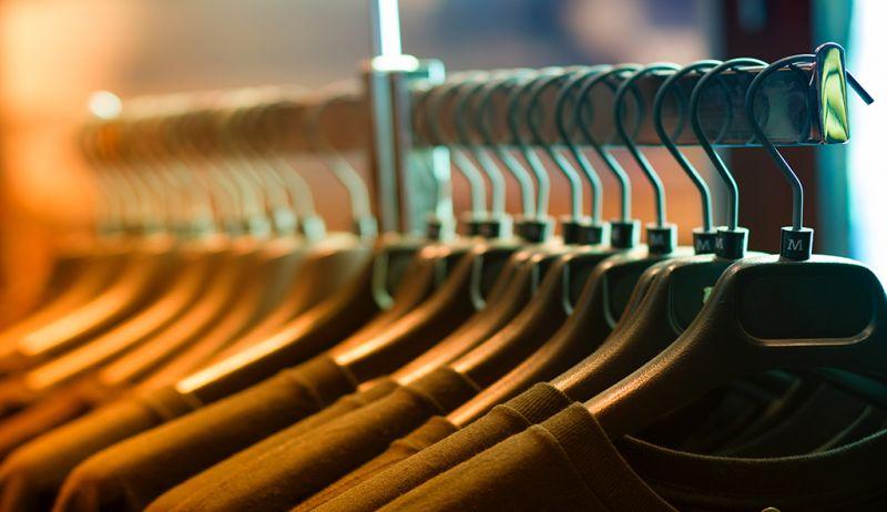 La imagen tiene un atributo ALT vacío; su nombre de archivo es closet-clothes-clothes-rack-102129-1-800x462.jpg